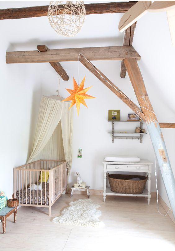 une pépinière mansardée de rêve avec des poutres en bois, des meubles vintage, un auvent, des étoiles et des paniers ainsi qu'un joli tapis