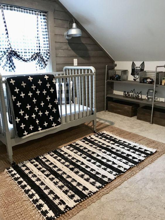 une chambre d'enfant mansardée dans un schéma de couleur monochromatique, avec des tapis superposés, des textiles imprimés et des meubles en métal