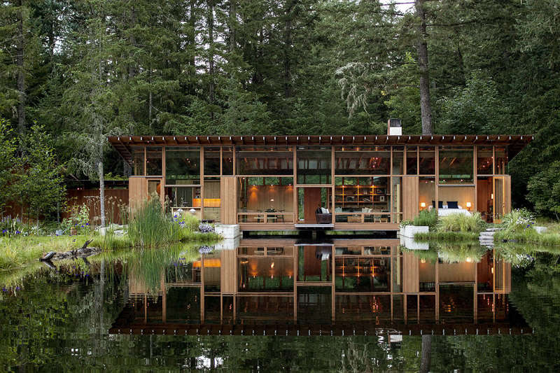 Maison en bois dans une forêt