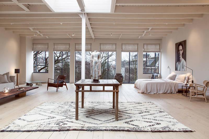 Appartement avec un intérieur rustique moderne