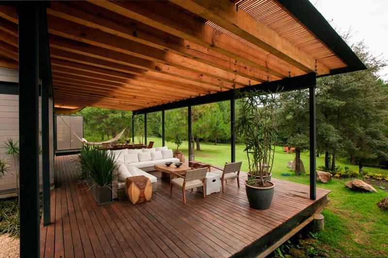 Porche dans une maison de campagne au design et à l'architecture modernes