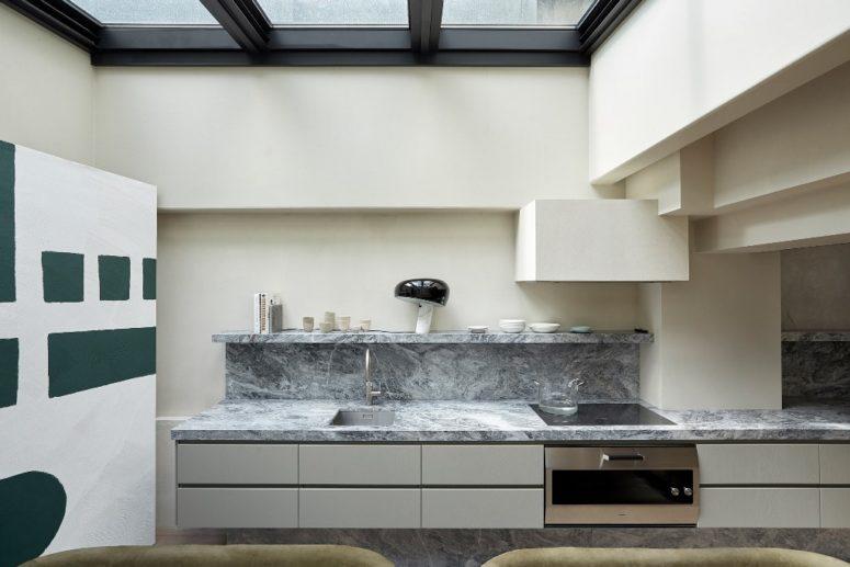 La cuisine est faite avec un dosseret en marbre, un toit en verre qui peut être ouvert à l'extérieur à tout moment