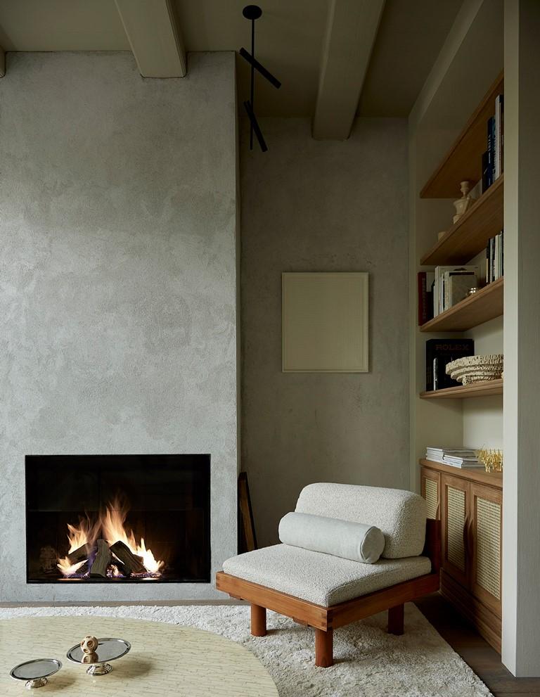 Vous pouvez également voir une cheminée intégrée et des étagères encastrées pour l'affichage