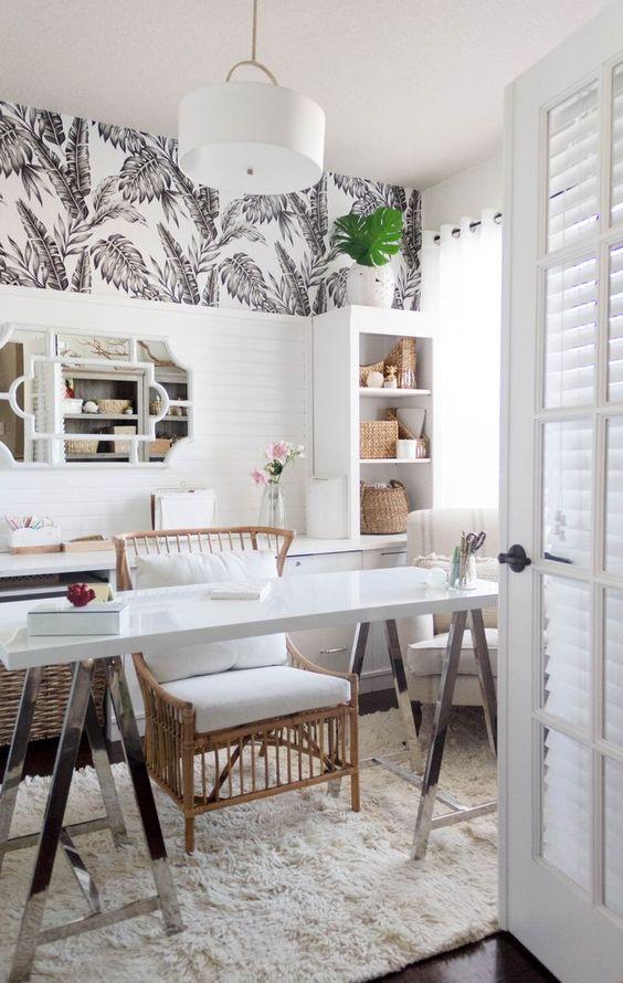 un bureau à domicile tropical moderne du milieu du siècle en blanc, avec du papier wlal tropical, des meubles en rotin, de nombreux paniers de rangement