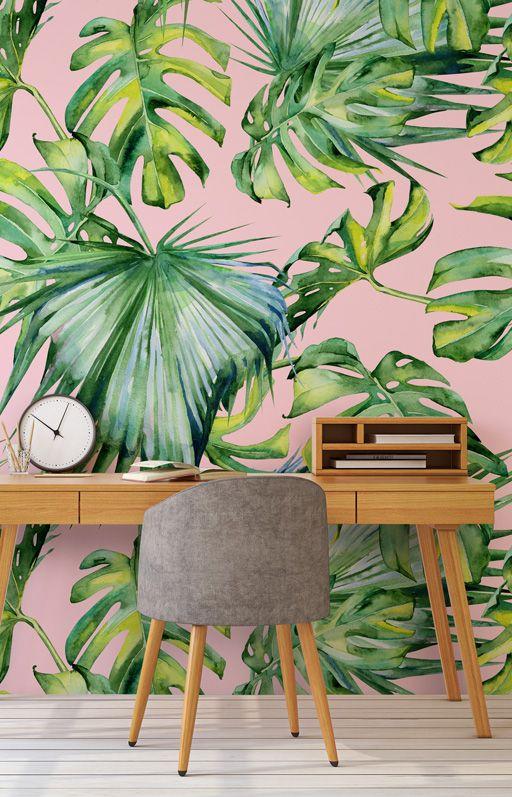 un bureau à la maison tropical simple avec un mur d'accent, un bureau en bois, une chaise grise et une horloge est très chic