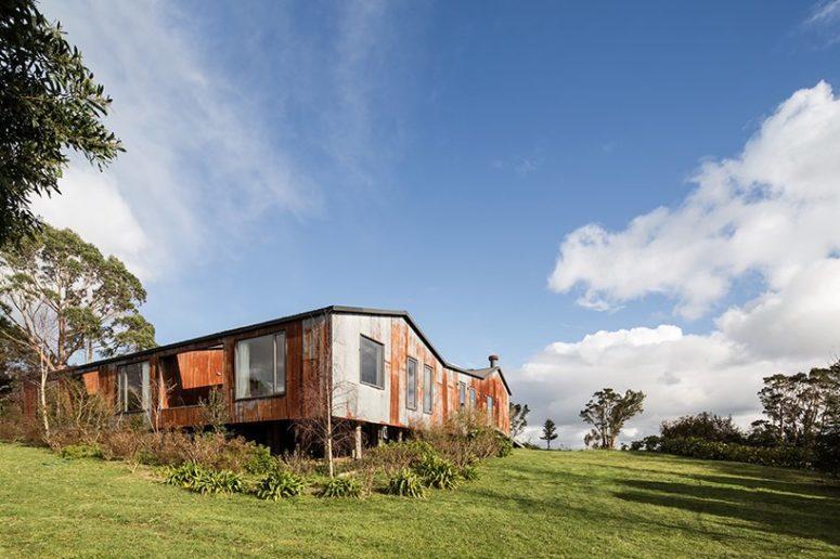 La maison est située sur une île rurale chilienne et est entourée par la nature et les fermes