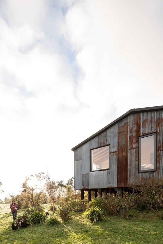 La maison est surélevée pour la rendre plus stable et pour s'adapter au terrain