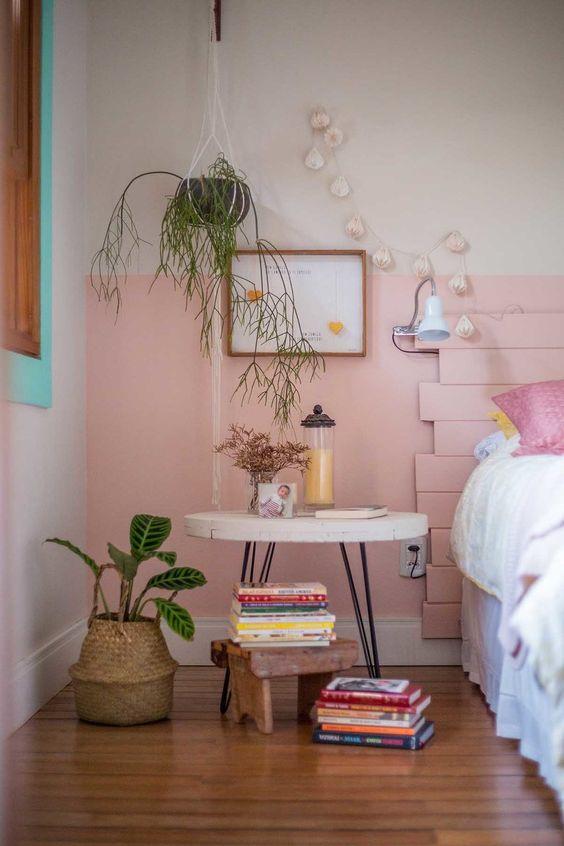 un mur blush et une tête de lit en planches blush pour ajouter une sensation cool et glamour à l'espace