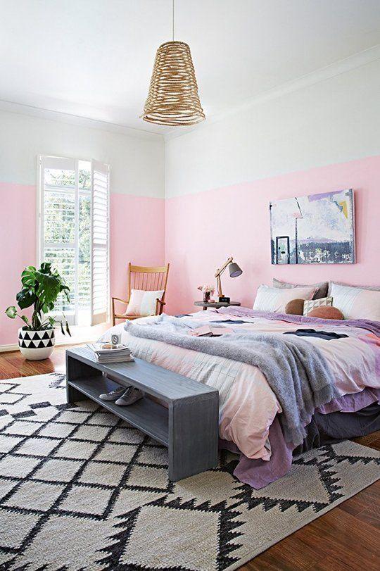 une chambre moderne et fantaisiste avec des murs de blocs de couleurs vives, une lampe en osier, une literie colorée, des meubles en bois et une plante remarquable