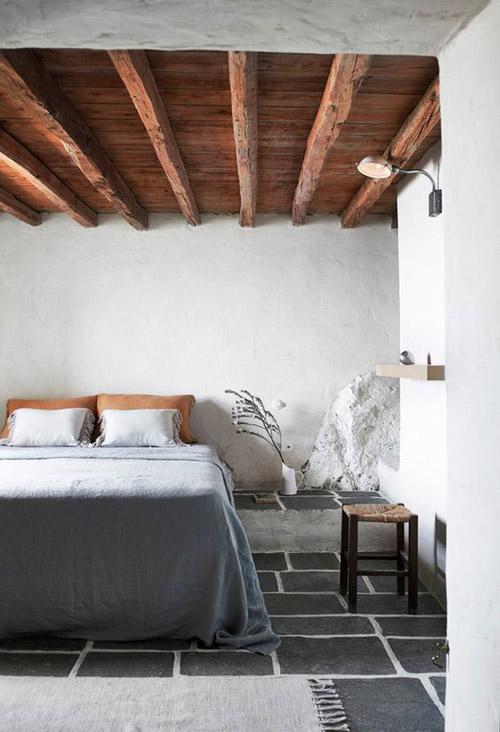 Fonctionnalité et éléments décoratifs extérieurs dans les maisons de campagne méditerranéennes