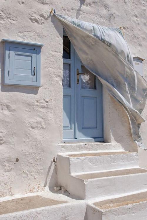 Des murs blancs pour refléter la lumière dans les maisons méditerranéennes