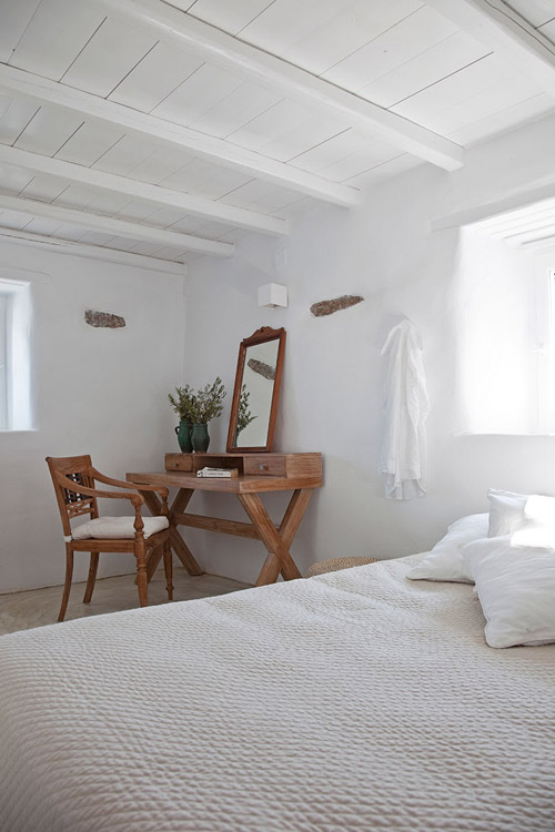 Armoire en bois dans une chambre de style méditerranéen