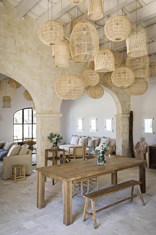 meubles en bois dans une décoration de style méditerranéen