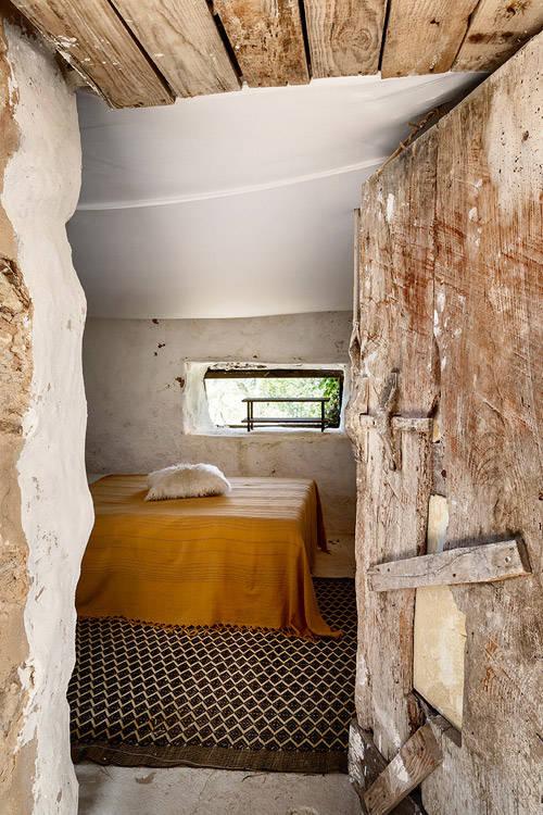portes et plafonds en bois dans une maison à Formentera