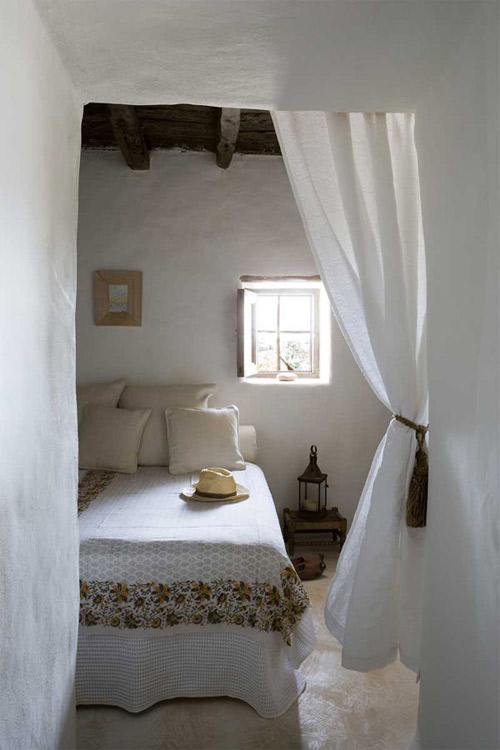 murs blancs et simplicité dans une pièce d'une maison à formentera
