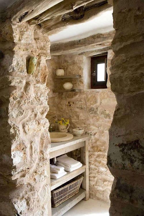 murs en pierre dans une salle de bains de style méditerranéen