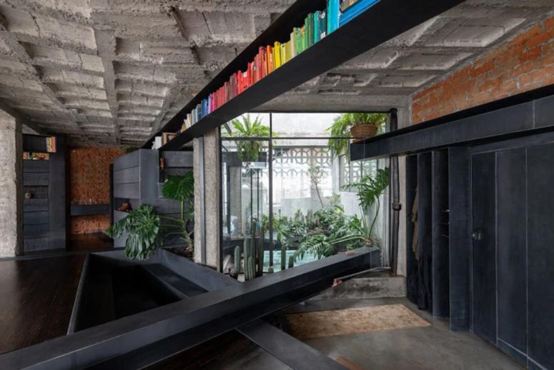 L'architecte a choisi de mélanger les dimensions et de réunir plusieurs niveaux et plans d'étage