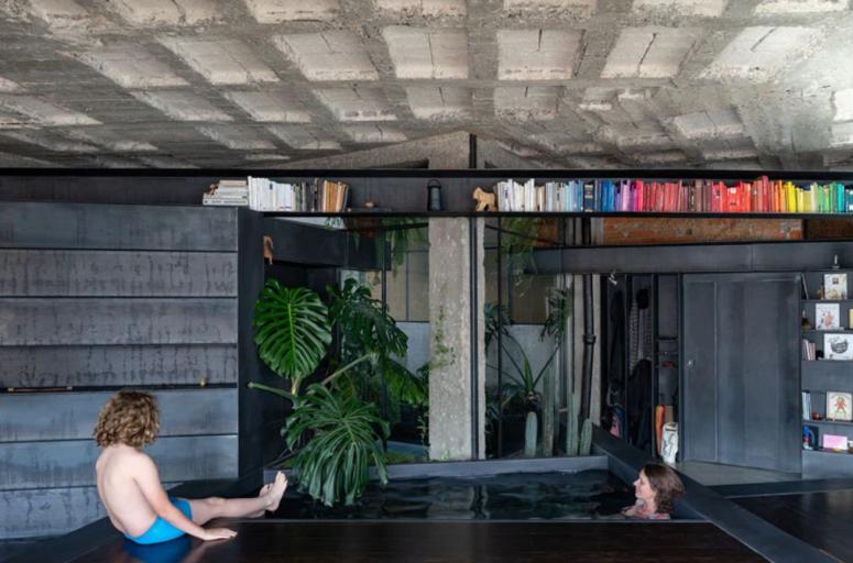 un appartement avec piscine intérieure