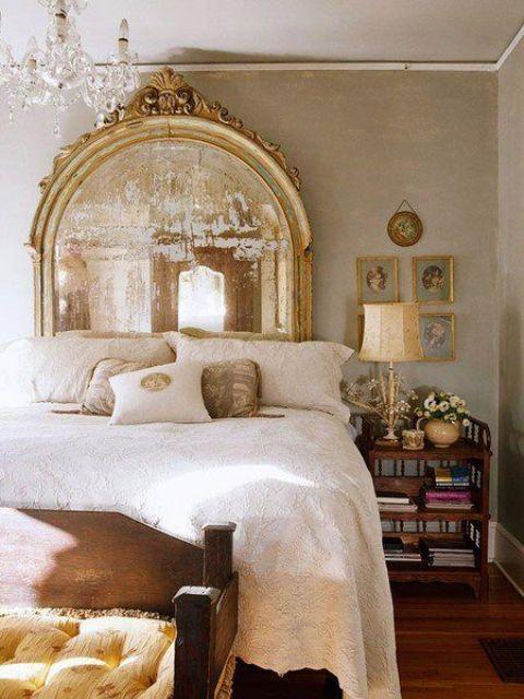 un miroir vintage dans un cadre doré raffiné ajoutera une sensation exquise et une touche chic à votre chambre