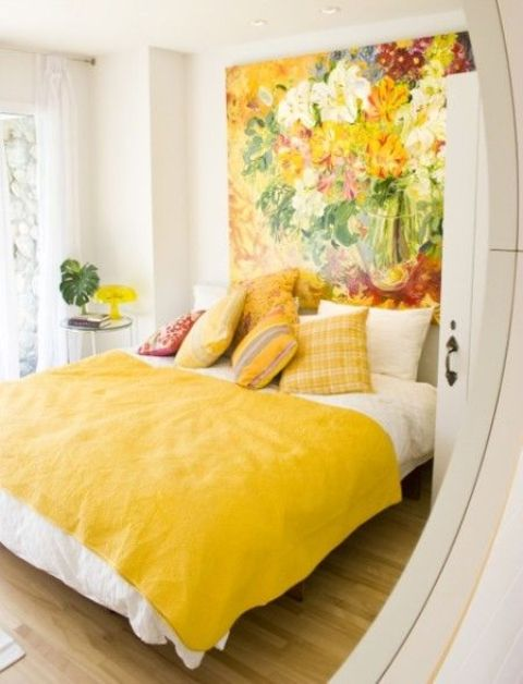 une magnifique œuvre d'art super audacieuse comme tête de lit pour une chambre colorée qui rehausse l'ambiance