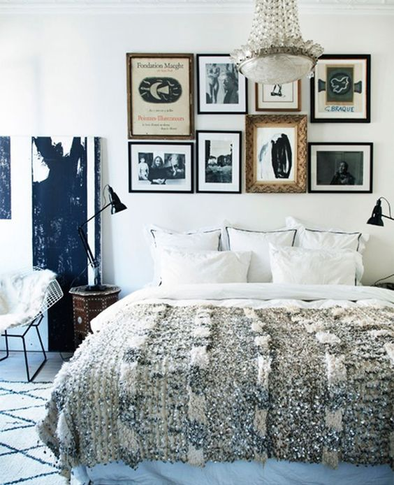 un mur de galerie au lieu d'une tête de lit habituelle est une idée accrocheuse et audacieuse à basculer dans votre chambre et à la personnaliser beaucoup