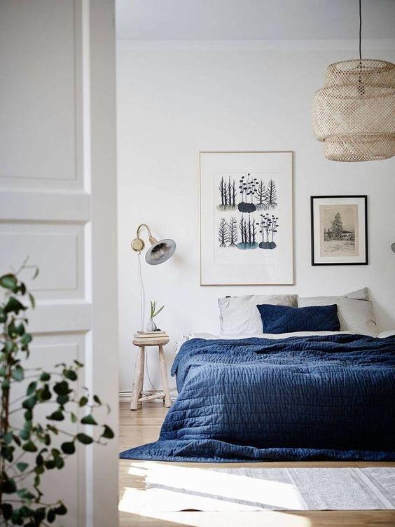 un mur de galerie avec diverses œuvres d'art est une bonne idée pour une chambre contemporaine, qui a besoin d'une tête de lit