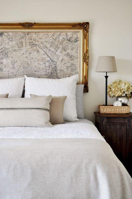 une carte imprimée de la cité dans un cadre vintage raffiné est une idée alternative de tête de lit audacieuse qui attirera l'attention