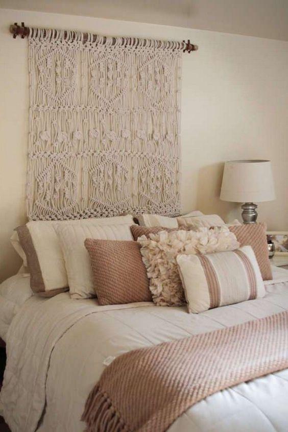 une tenture murale en macramé au lieu d'une tête de lit habituelle est une idée créative à privilégier