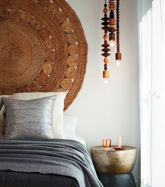 un nouveau tapis de jute surdimensionné comme celui-ci peut être utilisé comme tête de lit pour un espace inspiré de la nature ou d'inspiration asiatique
