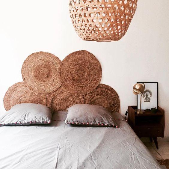 une pile de tapis en jute, une lampe en osier rendent la chambre plus naturelle et plus inspirée de l'extérieur