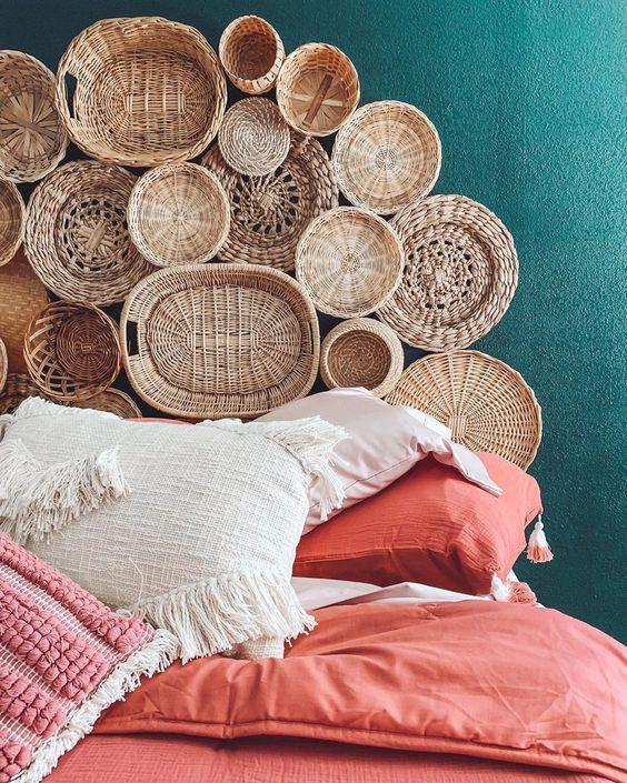 une pile de paniers décoratifs fixés au mur rendra votre chambre plus rustique et plus naturelle
