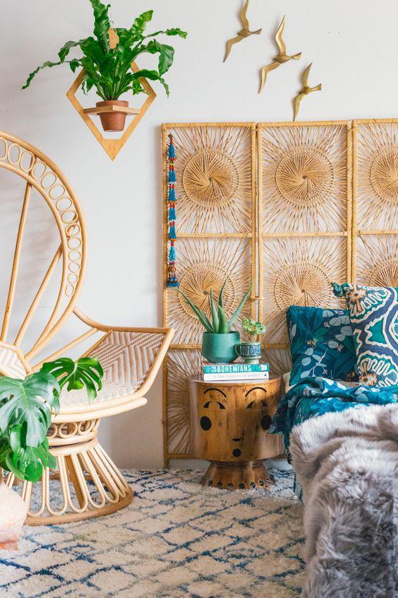 un paravent tissé au lieu d'une tête de lit et une chaise paon rendront votre chambre à la mode et bohème