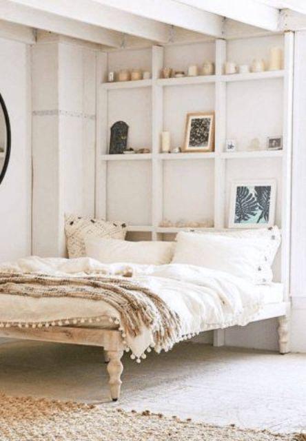 un meuble de rangement mural et de présentation avec art et bougies est une alternative chic et pratique à une tête de lit habituelle