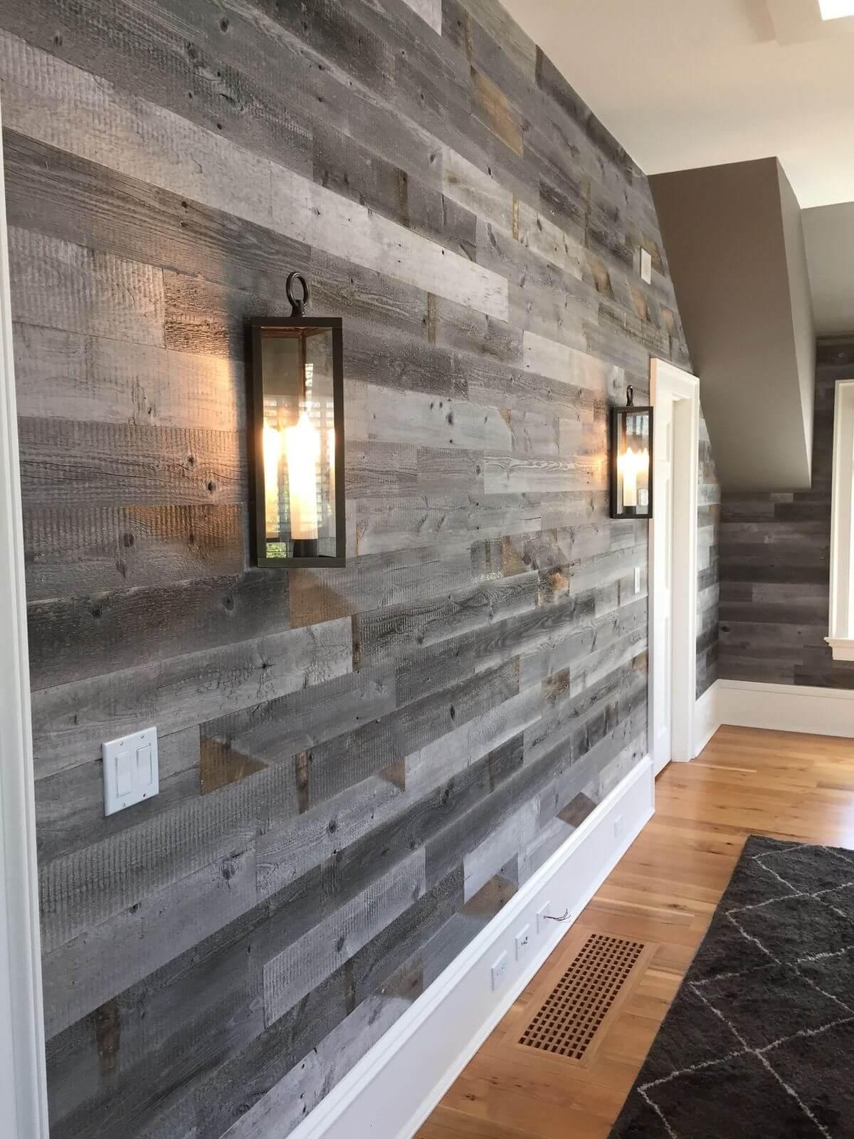 Mur en bois teinté gris rugueux et romantique