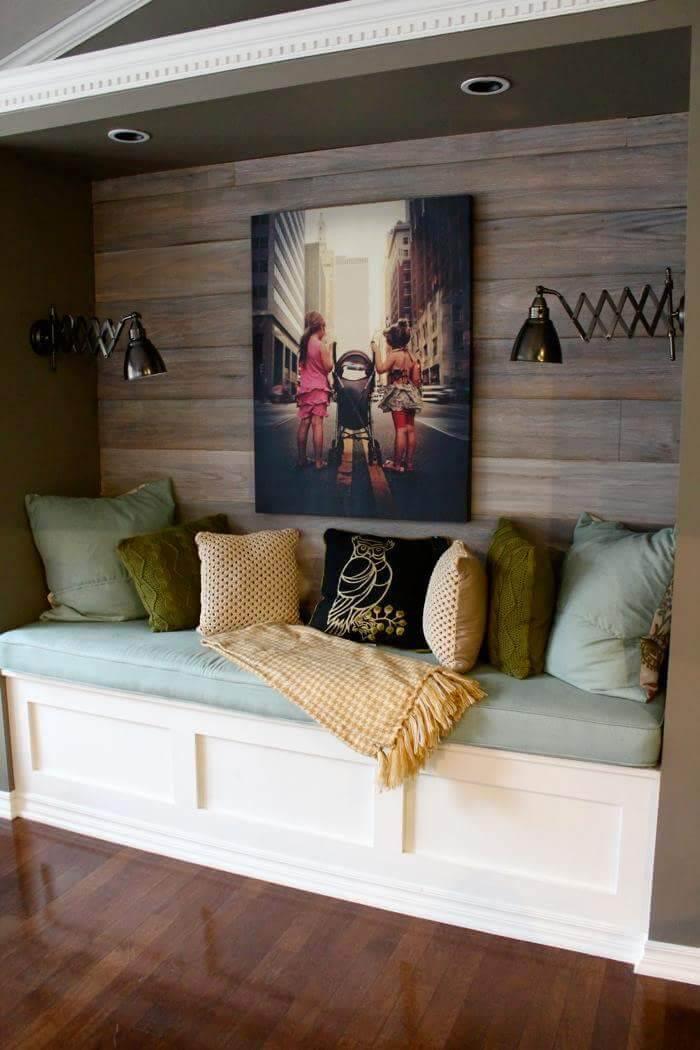 Coin de lecture confortable mur en bois teinté foncé