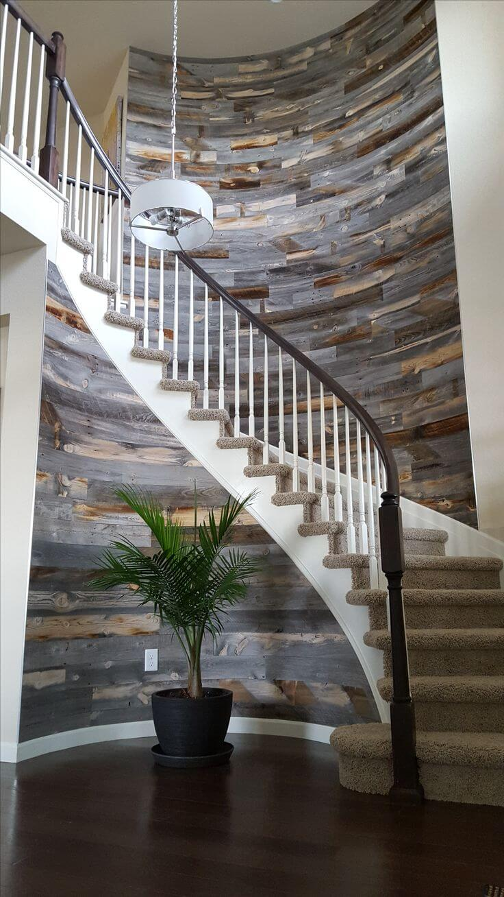 Mur en bois teinté multi effet vitrail