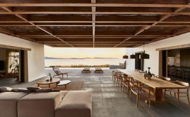 L'aménagement principal comprend un espace salle à manger, un salon et un espace au bord de la piscine qui sont réunis en un