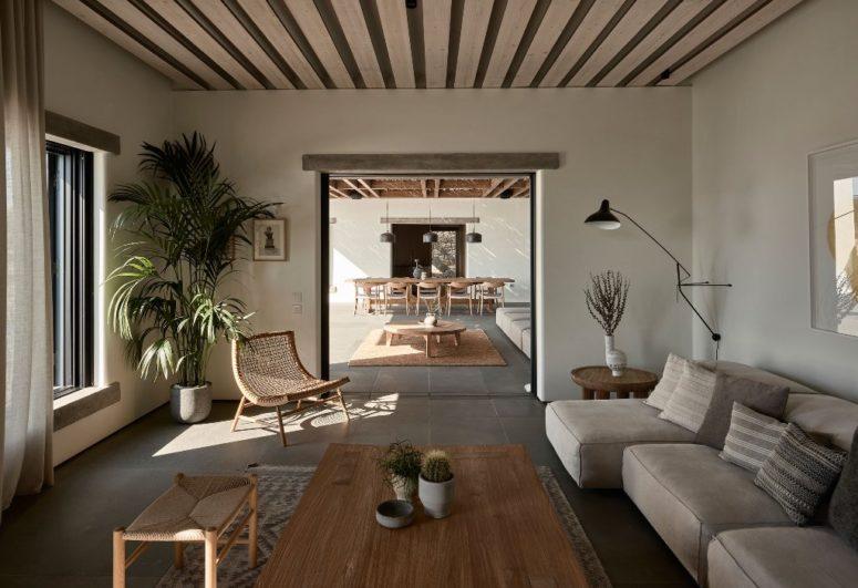 Il y a un salon intérieur avec des meubles en bois et rembourrés