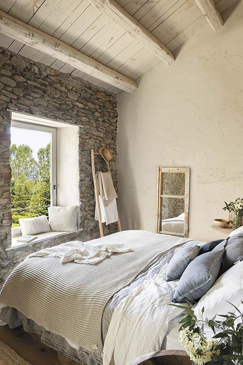 chambre avec mur de pierre