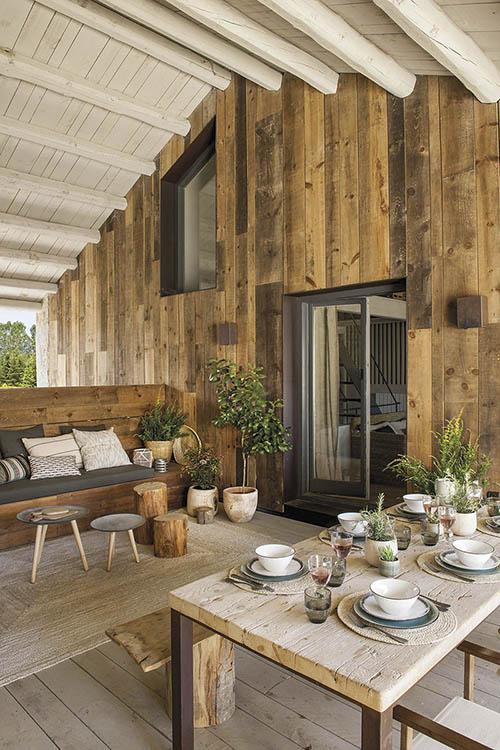 terrasse d'une maison en bois dans les montagnes