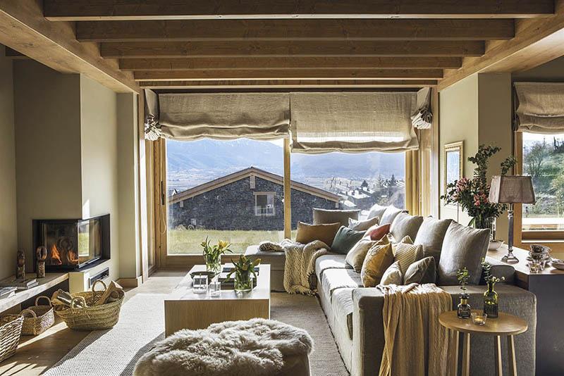 salon rustique avec cheminée dans une maison de montagne