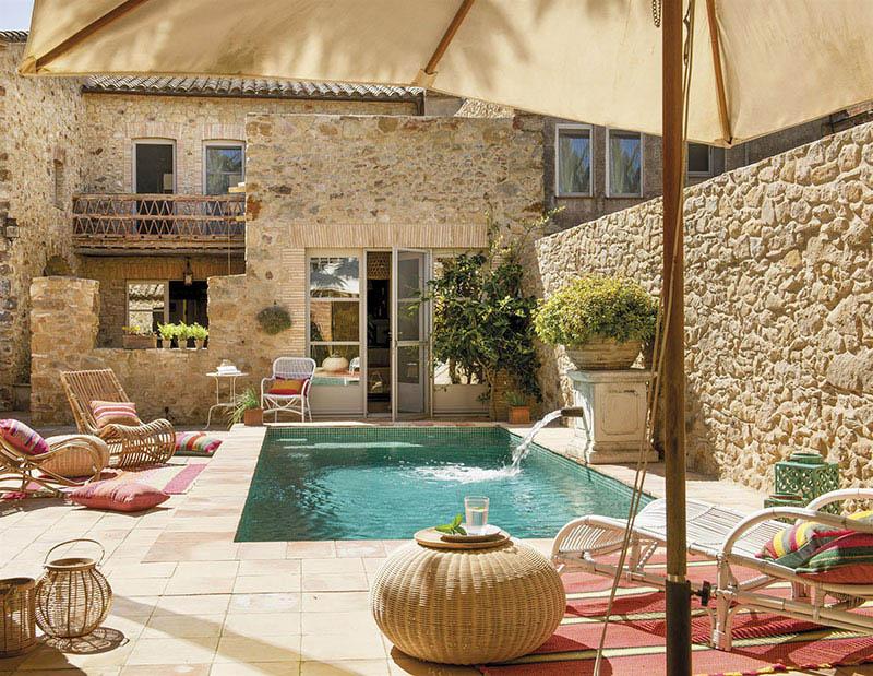 meubles et accessoires pour décorer la terrasse d'une maison de village