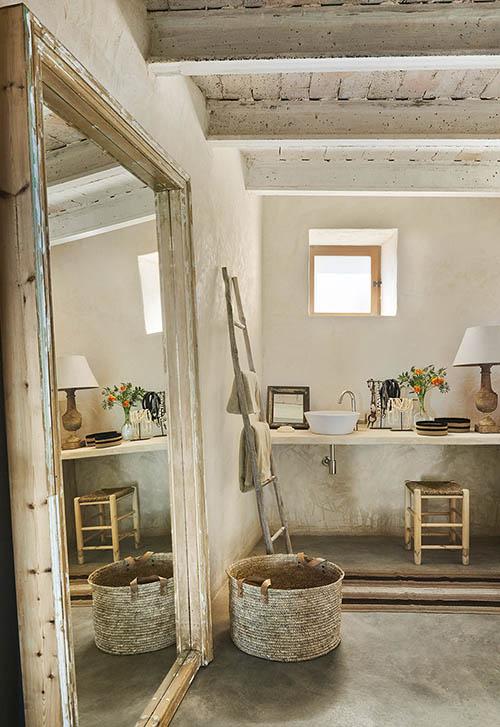Paniers en osier dans un décor de salle de bain rustique