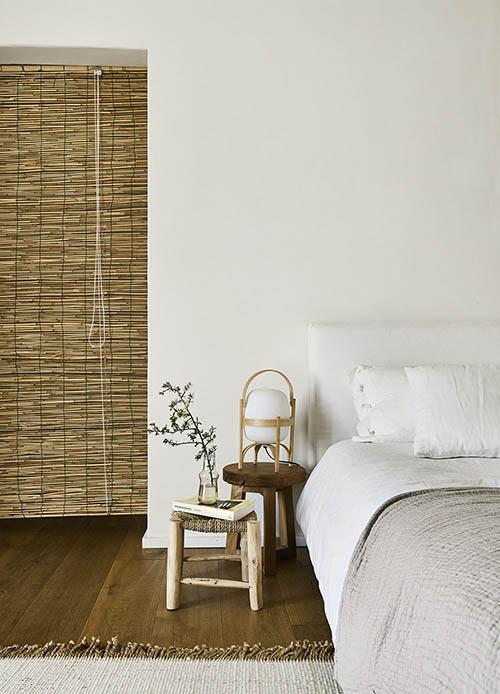 meubles en bois dans un décor rustique