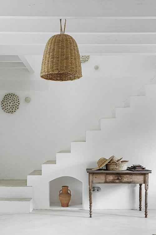 meubles en bois et lampes en osier dans un décor rustique