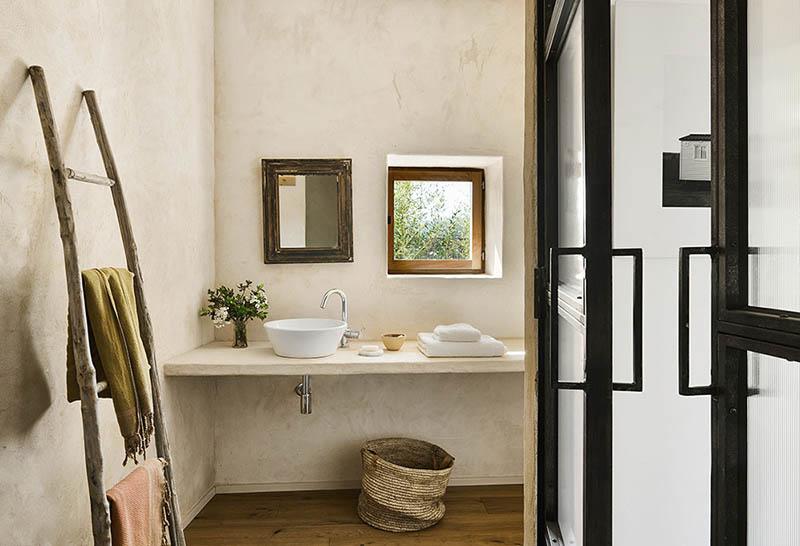 salle de bain avec décoration naturelle