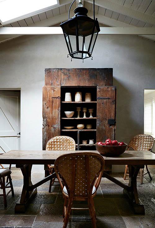 Armoire en bois dans une salle à manger