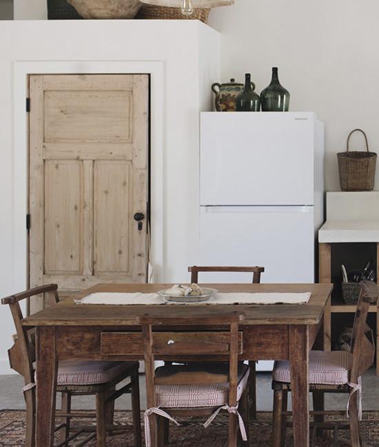 Table en bois dans une salle à manger d'une maison de campagne