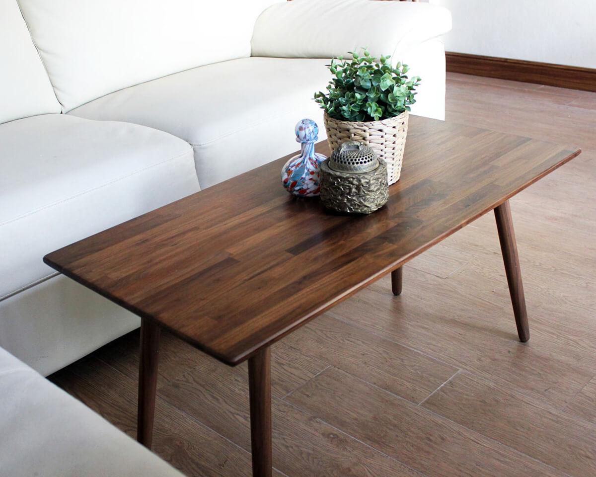 Table classique en noyer avec grain scellé