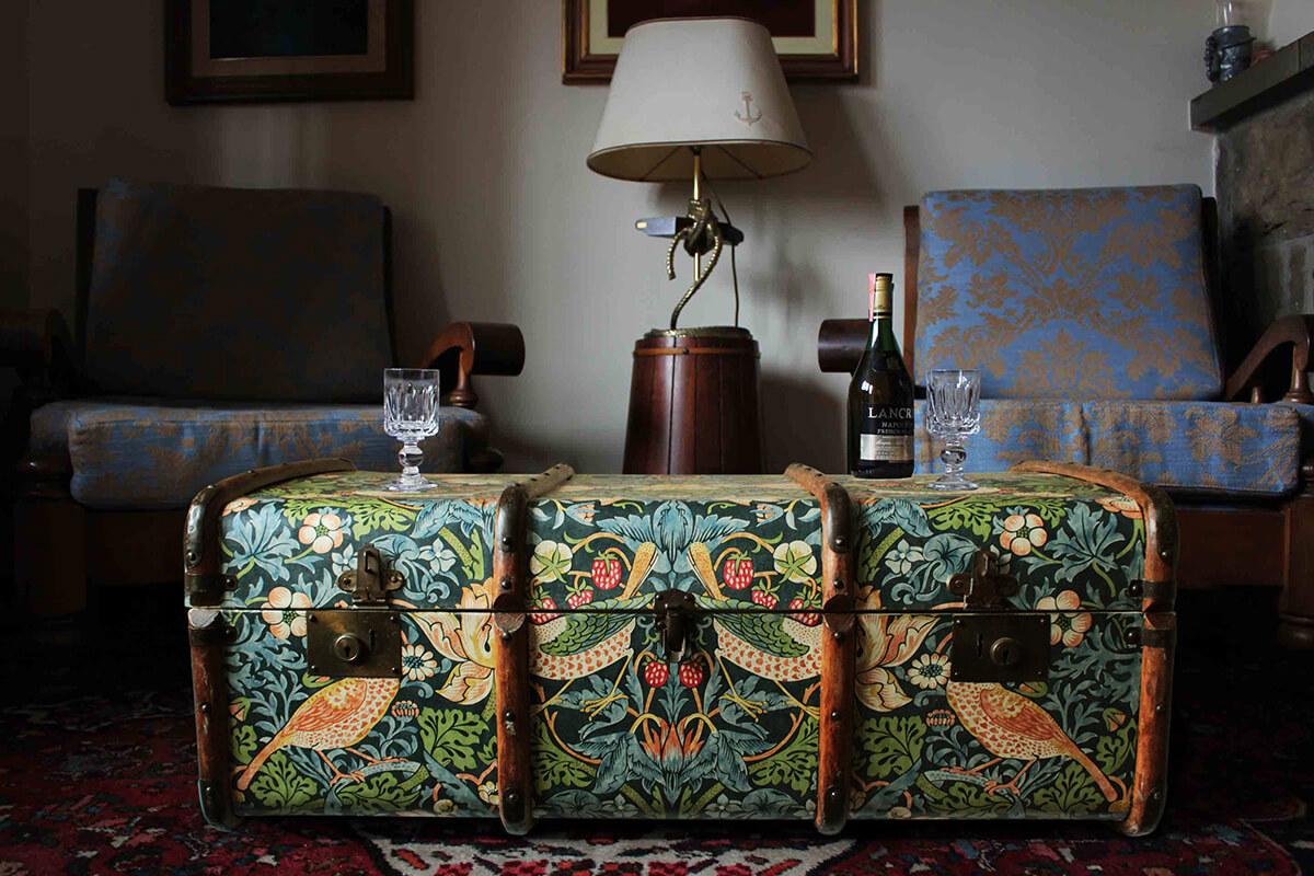 Table tournée vintage de tronc de vapeur papier peint
